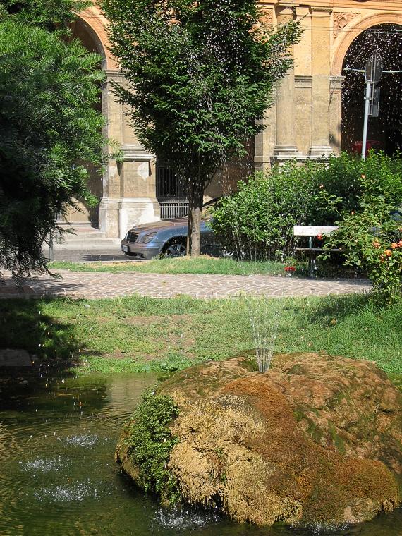 Маленький парк с маленьким фонтаном в Болонье