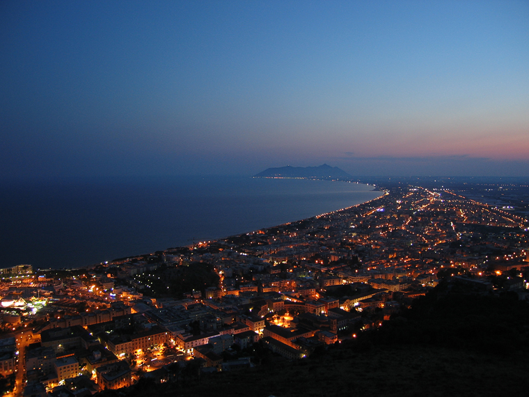 Ночной вид на Террачину с горы, где расположен этрусский храм Юпитера