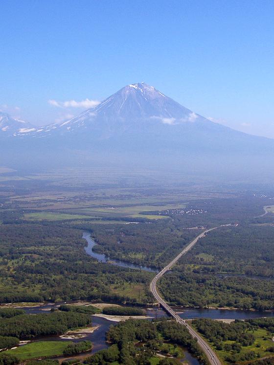 Вид с вертолёта на Авачинский вулкан
