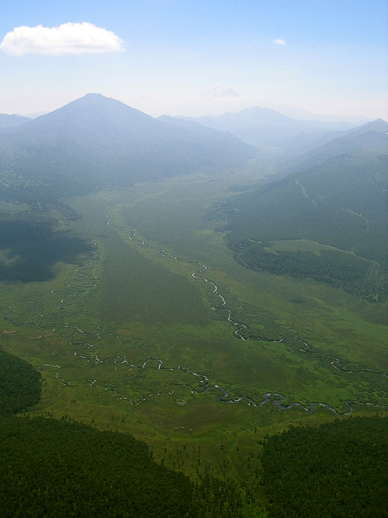 Вид с вертолета на долину реки