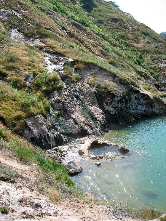 Долина гейзеров. После того, как сошедший в 2006 году сель завалил реку Гейзерную, в долине образовалось озеро, которое затопило часть гейзеров. На фотографии видно ямку одного из затопленных гейзеров.