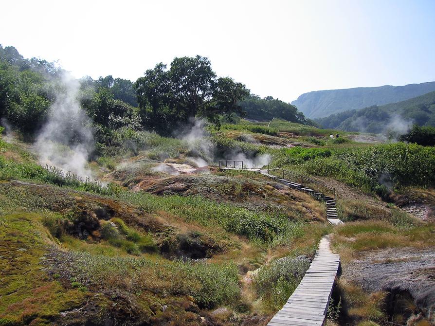 Долина гейзеров отлично обустроена. Ходить можно только по деревянным тропинкам, окурки бросать только в свою собственную пепельницу.