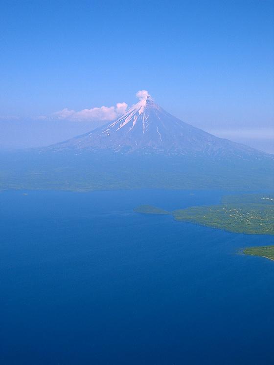 Вулкан Карымский и озеро Карымское. Вид с вертолёта