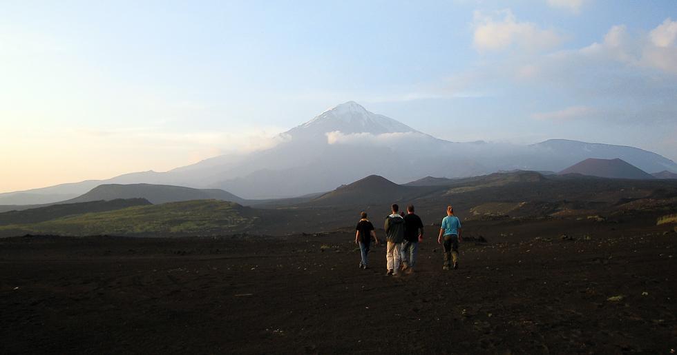 Вулкан Острый Толбачик и группа отдыхающих на закате.