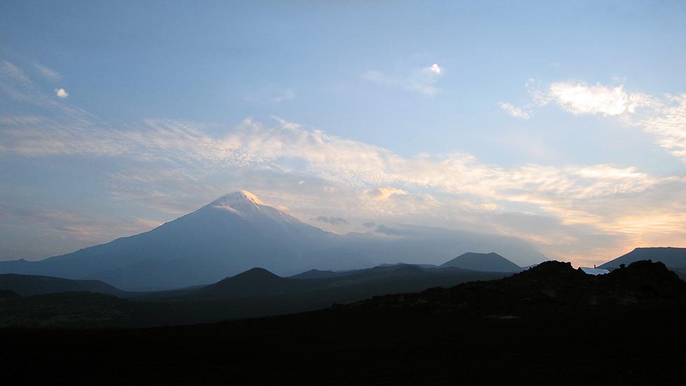 Вулкан Острый Толбачик утром следующего дня. Справа от него не различим в облаках вулкан Плоский Толбачик. О его существовании мы узнали от гида.
