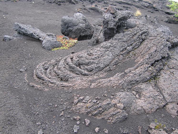 """Северный прорыв. Вулкан """"Звезда"""". На фотографии отчетливо виден застывший кусок лавы."""