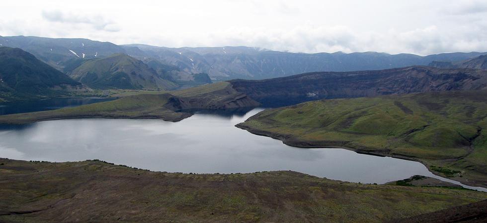 Кратер Штюбеля и озеро Кратерное. Вид с перевала.