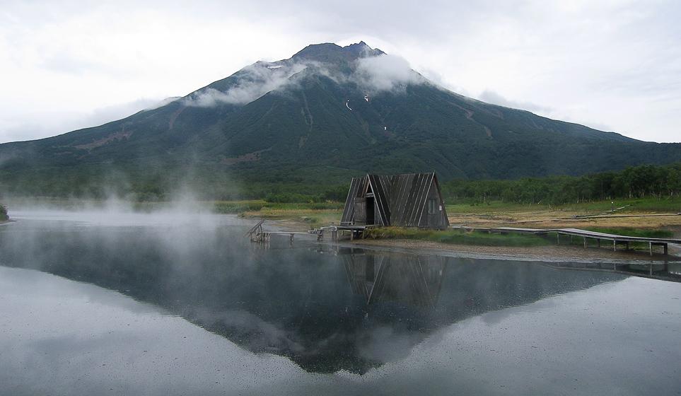 Вулкан Ходутка. Горячий источник вливает в озеро 60 литров кипятка в секунду. Зайти туда очень сложно, потому что температура около 50 градусов, если не больше. Нырять нельзя, а после 5-ти минутного купания полчаса кружится голова.