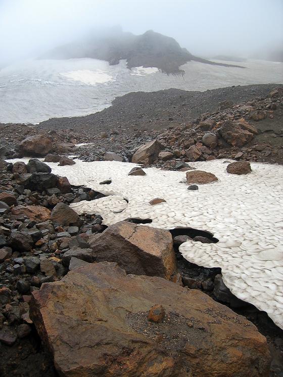 Снег в районе вулкана Мутновский.