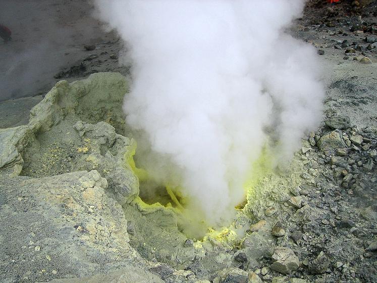 Вулкан Мутновский. Фумарола (источник горячих газов). Шумит и мерзко воняет серой.