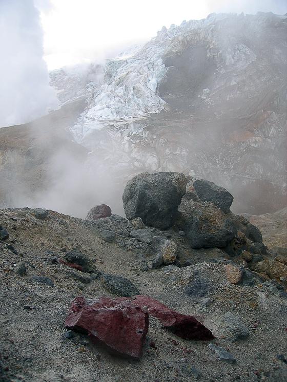 Вулкан Мутновский. Разноцветные вулканизмы.