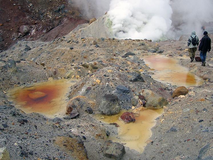 Вулкан Мутновский. Разноцветные лужи, камни и мокрые туристы.