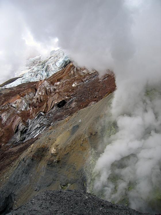 Вулкан Мутновский. Разноцветный лёд, камни и вонючие фумаролы.