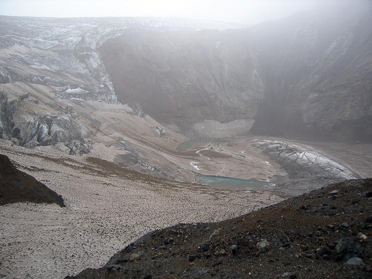 Вулкан Мутновский. Ледник и озеро в старом кратере.