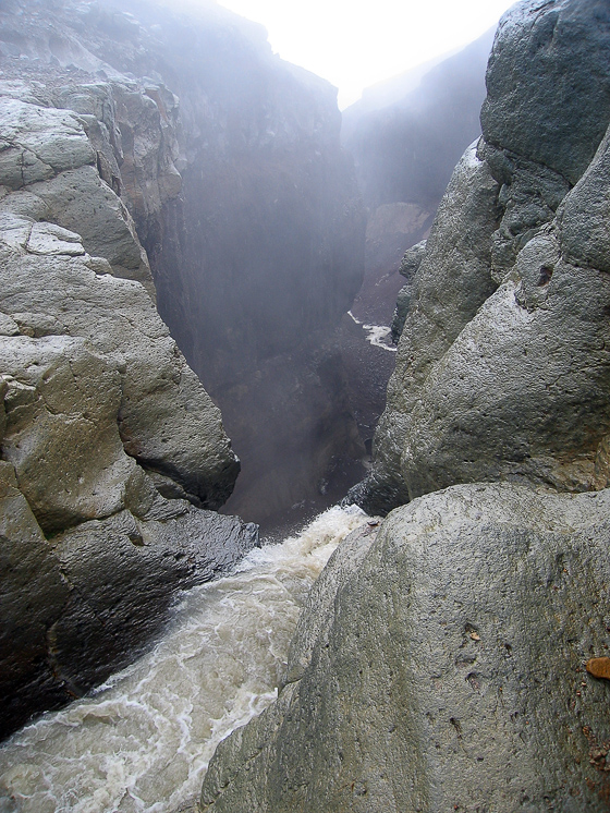 Водопад на реке Мутная. Вид со стороны падающей воды.