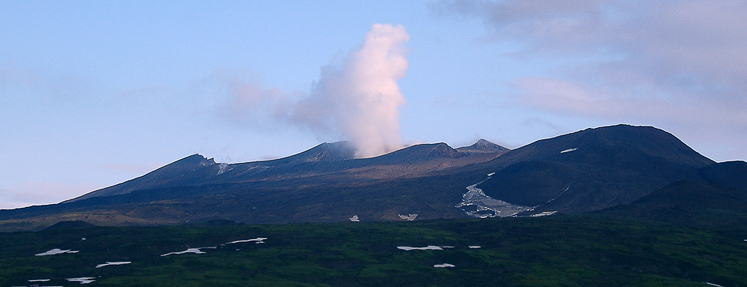 Вид на вулкан Горелый со стороны вулкана Мутновский.