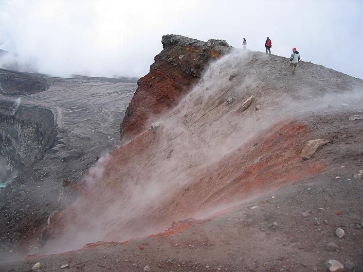 Вулкан Горелый. Вдоль склона другого кратера поднимается ядовитый сероводород.