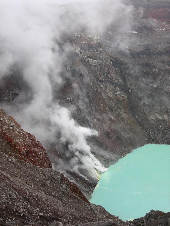 Вулкан Горелый. Этот сероводород выходит из фумарол на берегу кислотного озера.