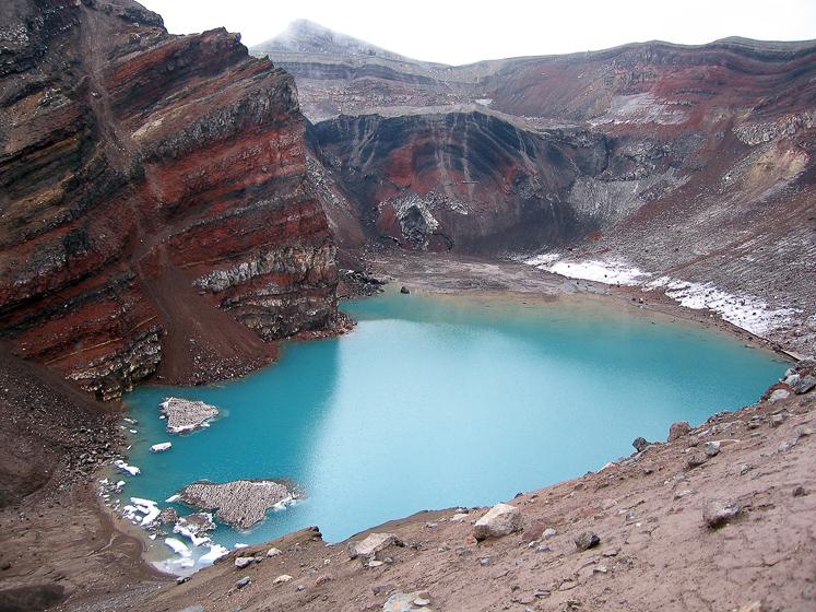 Вулкан Горелый. Вид на озеро в первом кратере. Всего, кстати, кратеров там 13, но мы насчитали только 5. В двух из них озера, в остальной шлак.
