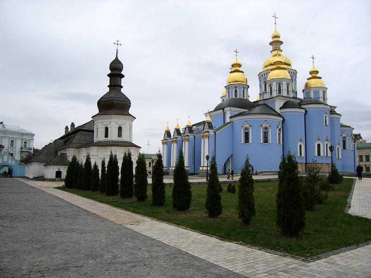 Михайловский монастырь днём