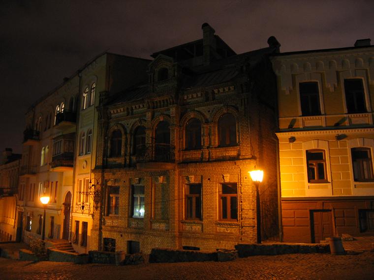 Старый дом на Андреевском спуске ночью. Андреевский спуск д.15
