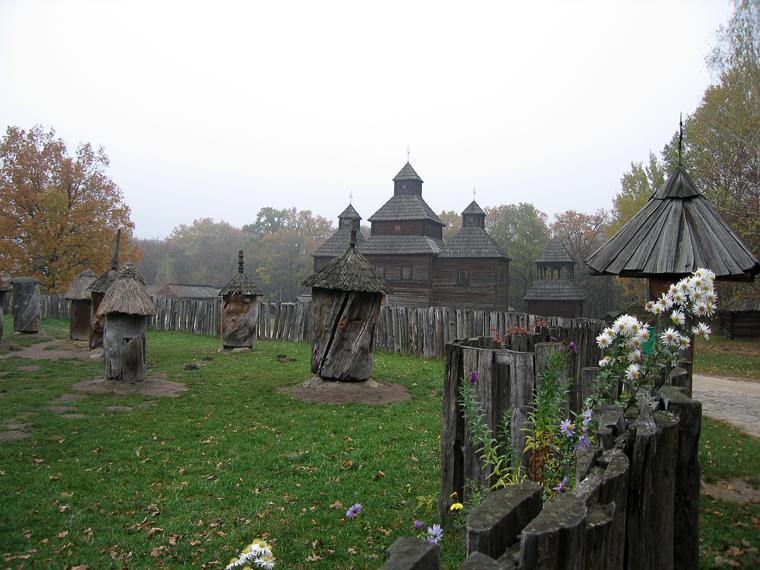 Участок пасечника с видом на деревянную церковь
