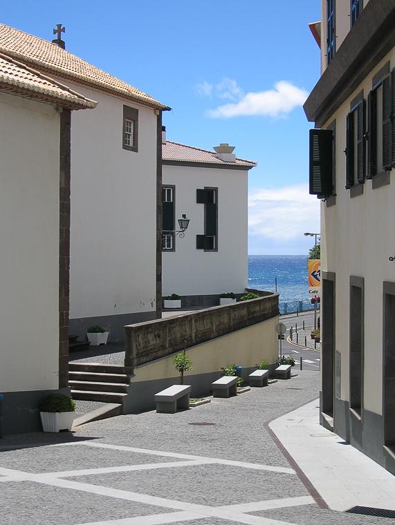 Понта до Соль. Улица с видом на море.