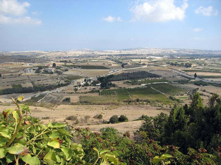 Вид с укреплений города на Мальту