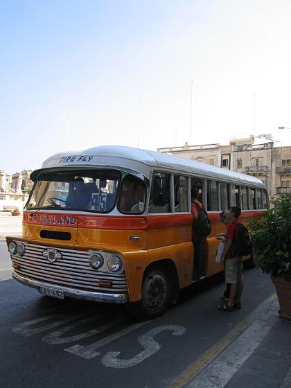 Обычный мальтийский автобус. Такие автобусы ходят на Мальте с 40-х годов. Все разные, но неизменно красивые