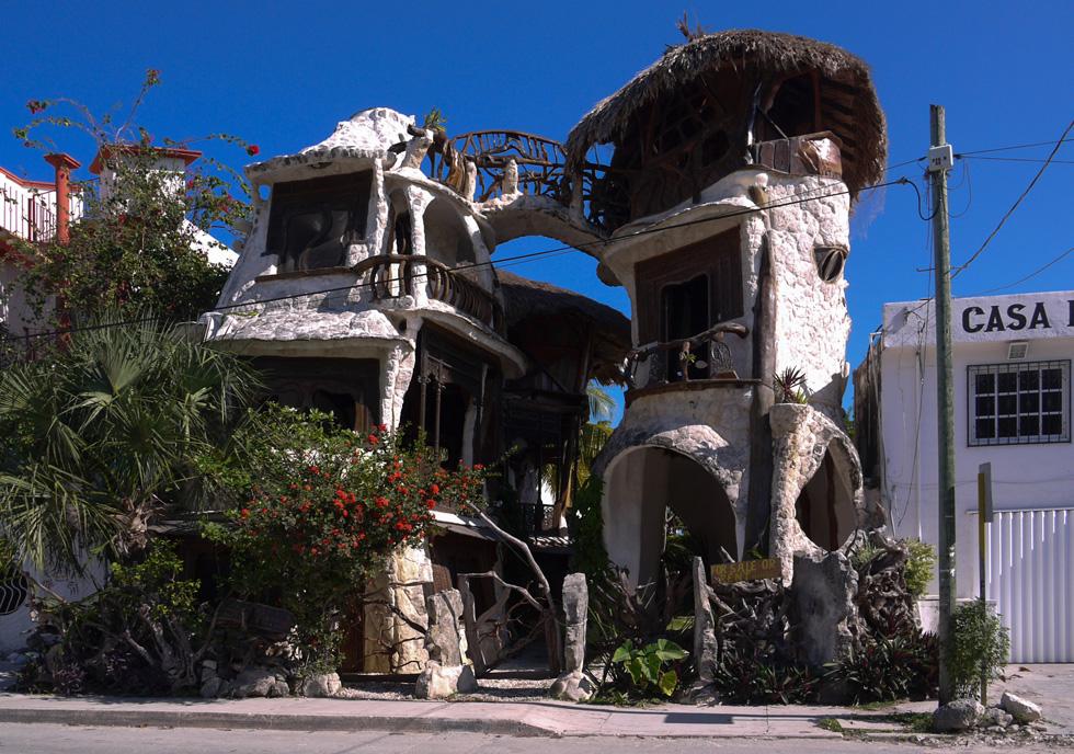 Кривой домик в Пуэрто Морелос