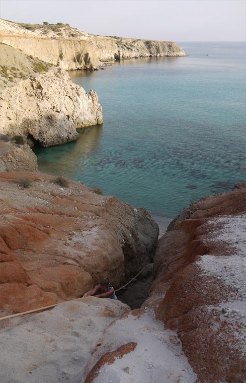 Очень много пляжей острова не доступны с суши. Добраться на них можно только обладая лодкой, но к этому была проложена достаточно экстремальная тропа.