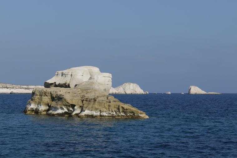 Совершенно фантастический белый пляж. Не пляж с белым песком, а пляж на меловых камнях. Камни немного пачкаются.