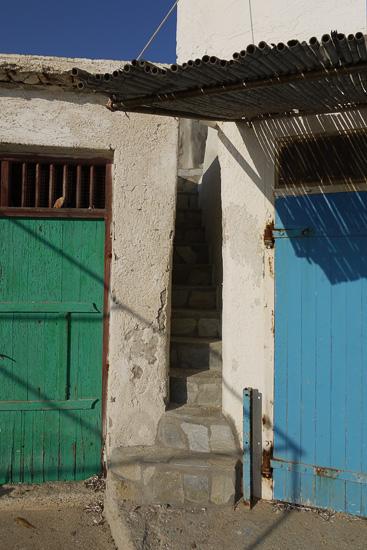 Между домами проложены очень крутые и очень узкие лестницы. Глядя на местных рыбаков и их жен, можно сделать вывод, что лестницы предназначены скорее для их котов и собак.