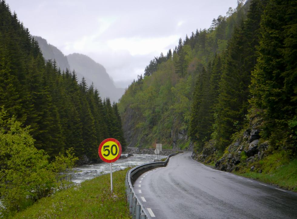 Дорога вдоль горной реки