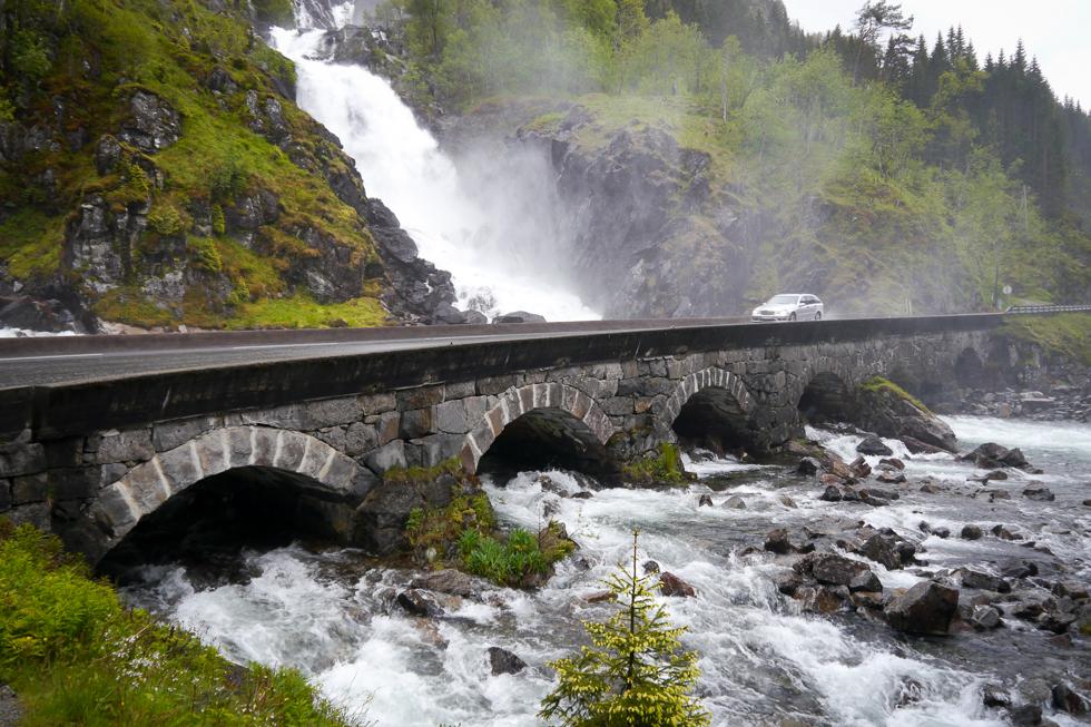 Водопад рядом с дорогой