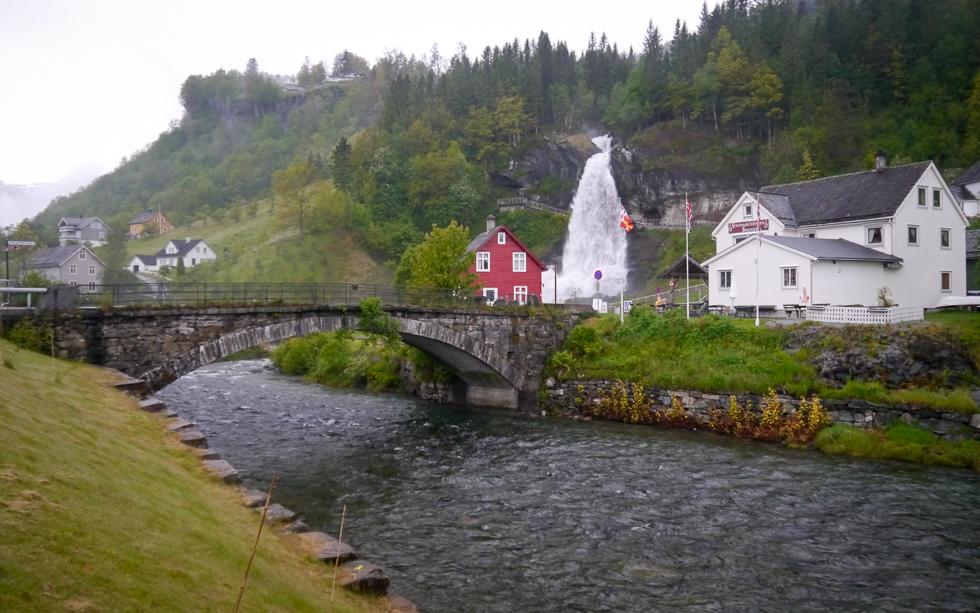 Туристический центр вокруг водопада