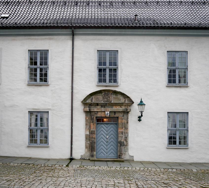 Стена и дверь