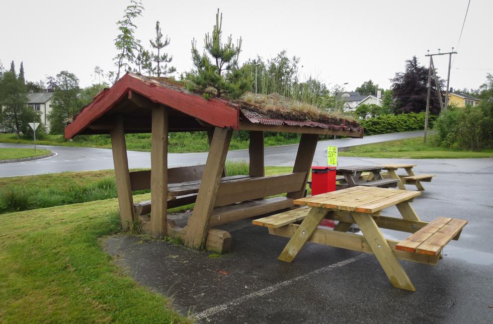 Скамейки для пикника на заправке