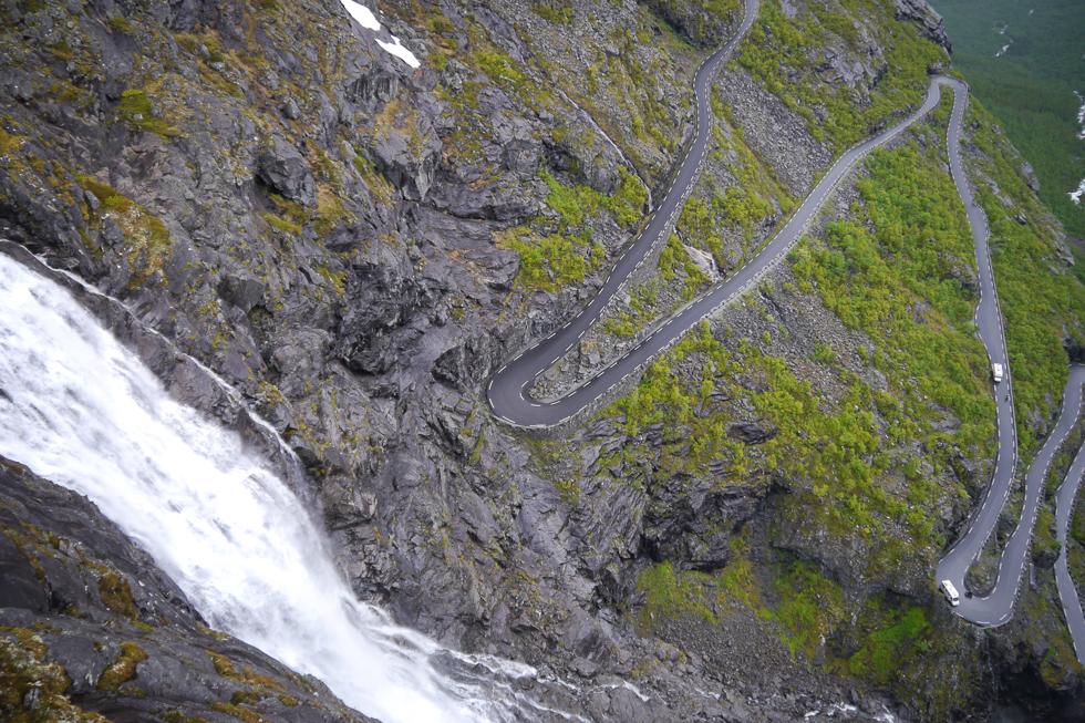 Ползёт дорога вдоль скал Trollstigen