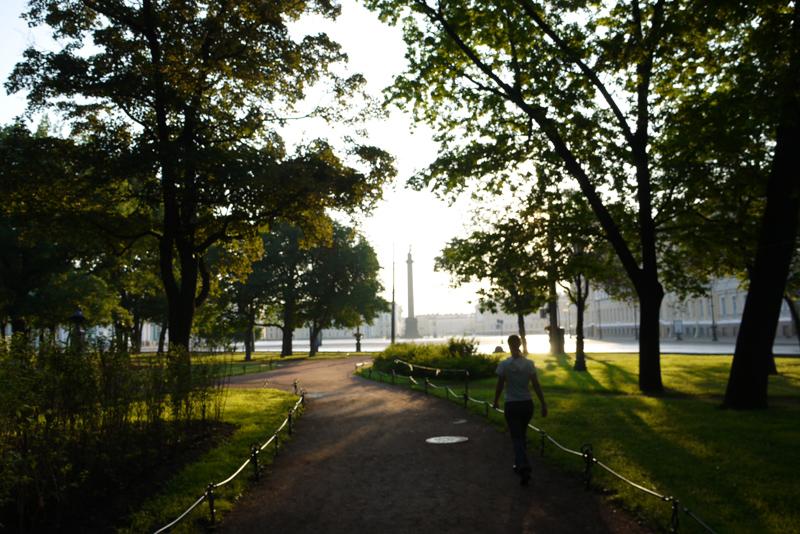 Парк рядом с Дворцовой площадью ранним прохладным утром