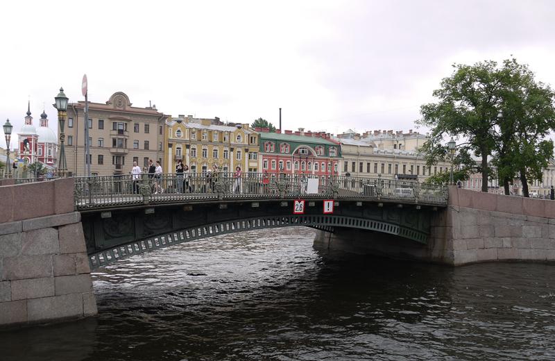 Река Фонтанка соединяется с рекой Мойкой. Дома переходят мост