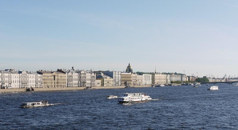 В ясную погоду из центра города видны вышки портовых кранов