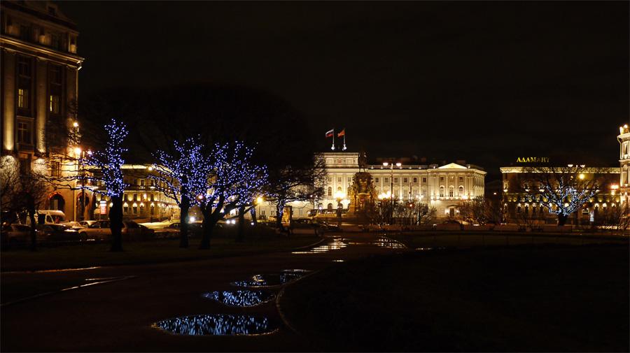 Исакиевскую площадь украсили к новому году. Лужи ждут мороза.