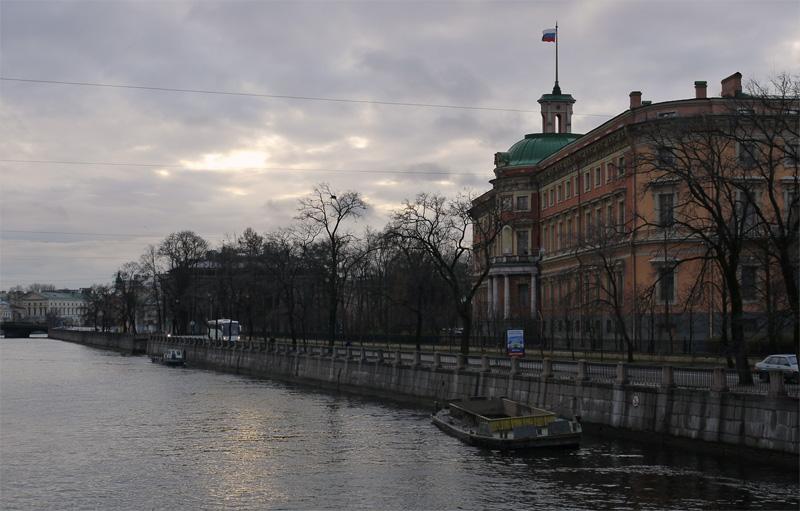 Вид на Инженерный замок (Михайловский дворец) с моста через Фонтанку