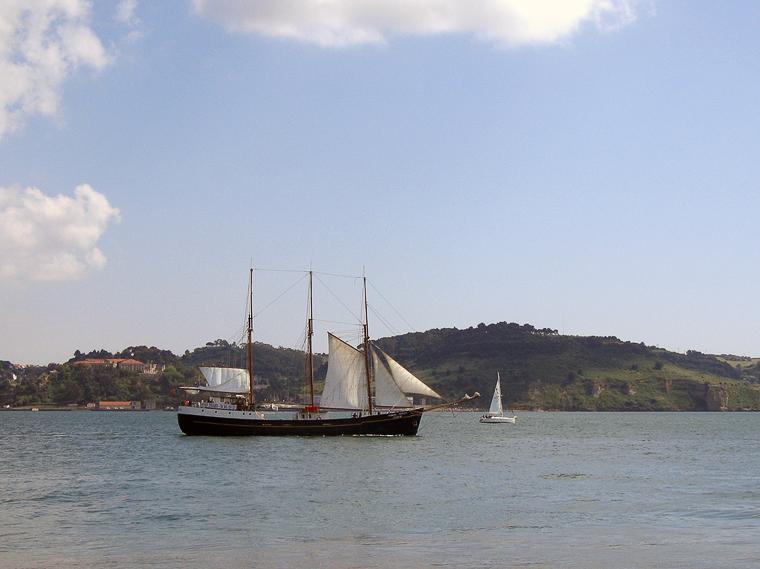 По реке Тежу в Лиссабоне ходят парусники