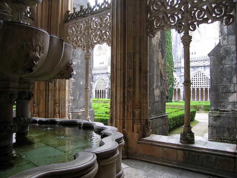 Вид из окна на внутренний дворик монастыря