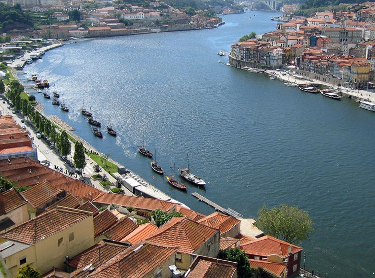 Город расположен на берегах реки Дору. Эта река – потвейная артерия всего мира
