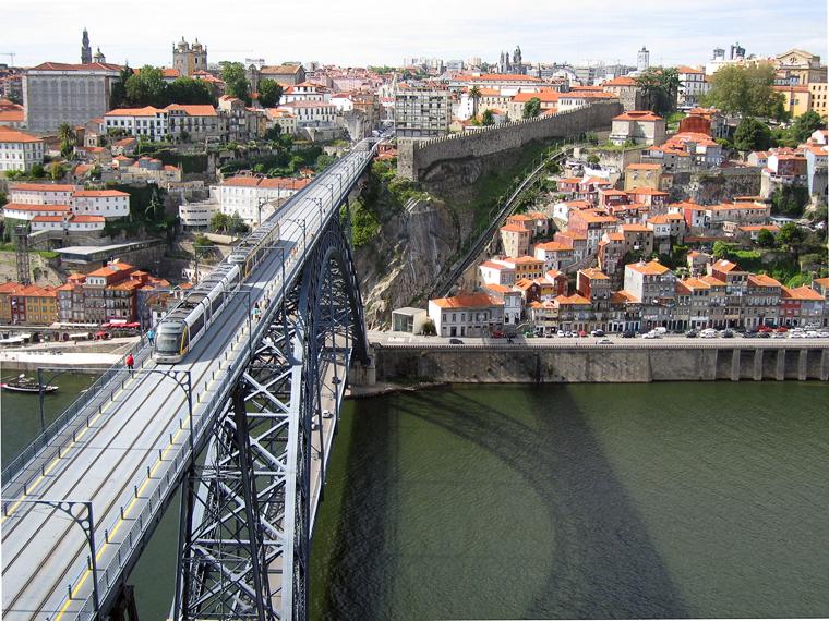 Мост через реку Дору в Порту, остатки крепости и поезд городского метро