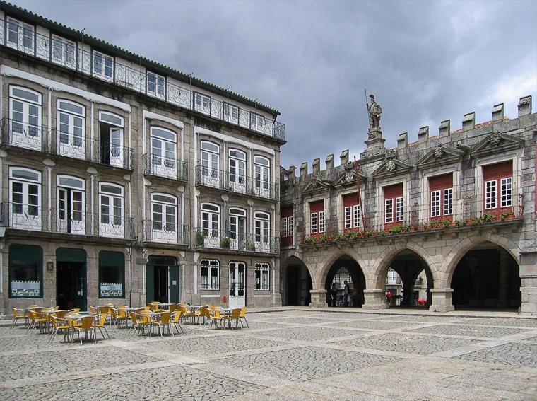 Вторая половина главной площади города Гимарайш