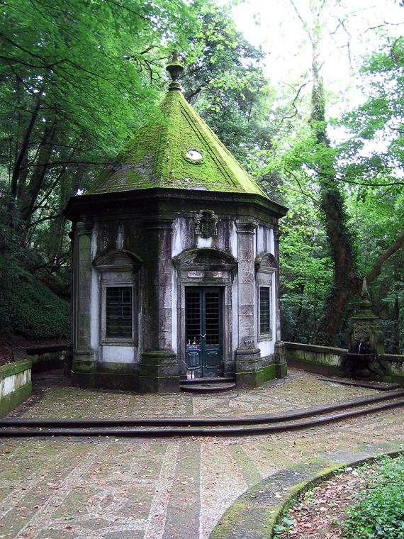 Часовня в лесу на пути к храму